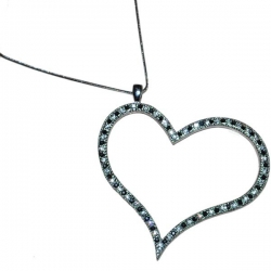Veľké srdce vykladané kamienkami