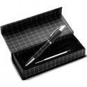 Kovové pero s kockovaným dizajnom