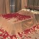 Darček pre zaľúbených - posteľ plná ruží