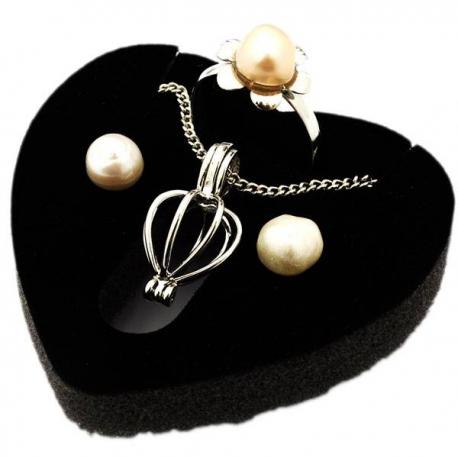 Perla prianí v ulite s náušnicami a prsteňom