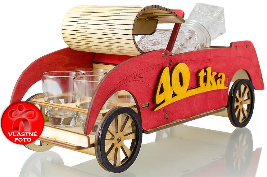 Detail otvorenej kapoty auta 40
