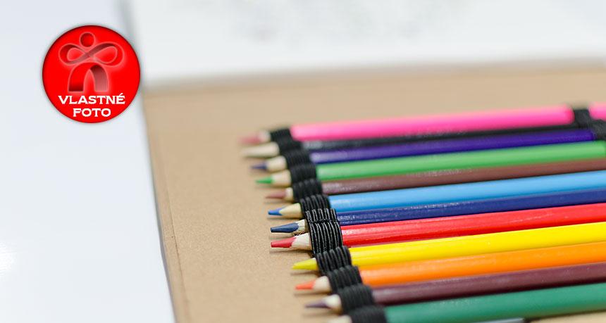 Detail na farebné ceruzky v antistresovom sete s omaľovankami