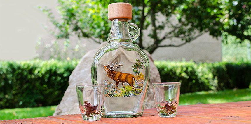 Detail na fľašu a poháriky pre poľovníka
