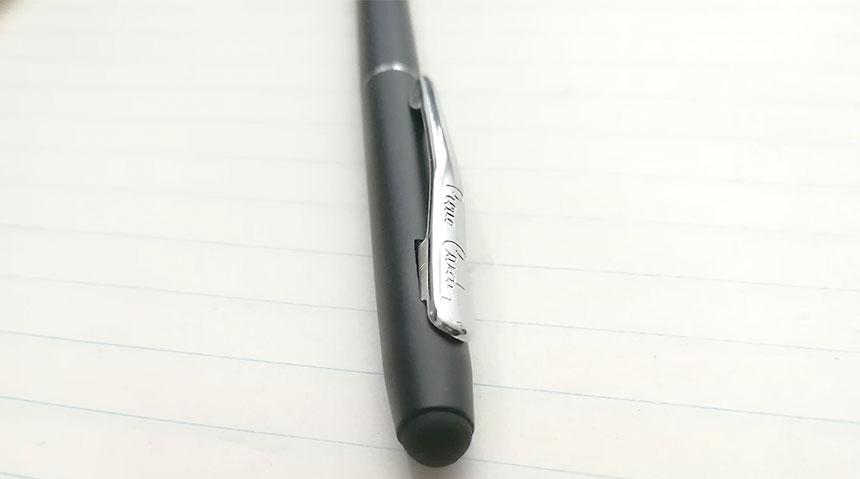 Detail na klip s nápisom Pierre Cardin so stylusom