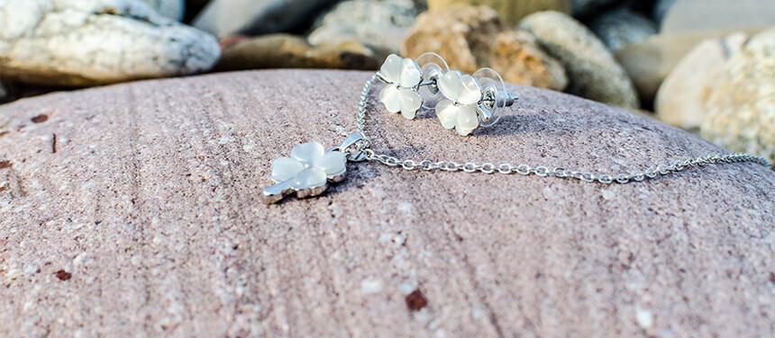 Krásny set šperkov pre ženu - náhrdelník, náušnice štvorlístok