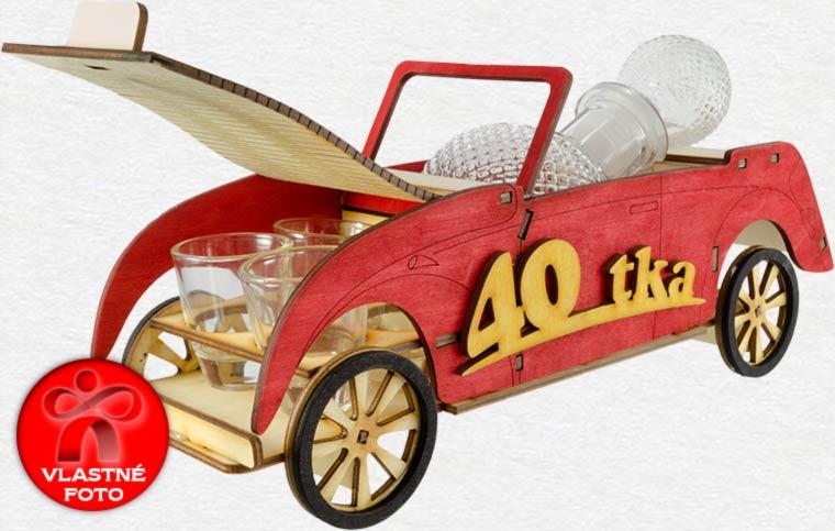 Auto na štyridsiatku s otvorenou kapotou