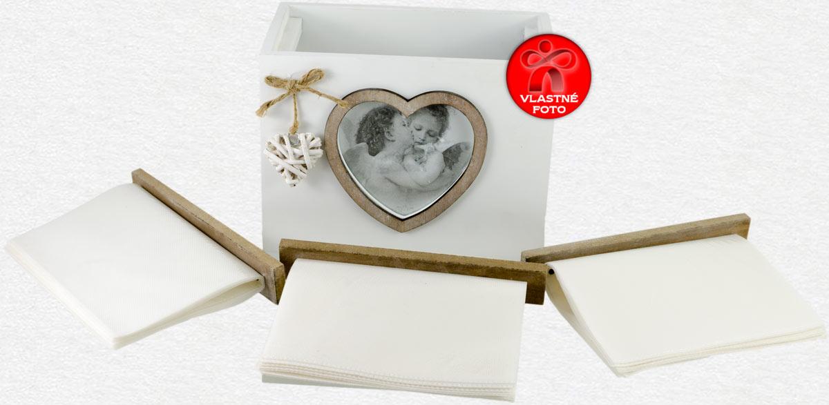 Pohľad na biely fotoalbum s vnútornými priečinkami
