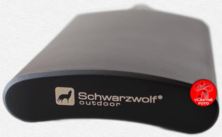 Detail dolnej strany čiernej značkovej ploskačky Schwarzwolf
