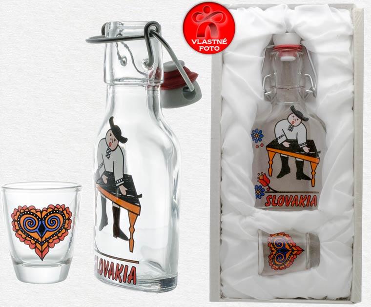 Detail fľaše s pohárikom a darčekového balenia