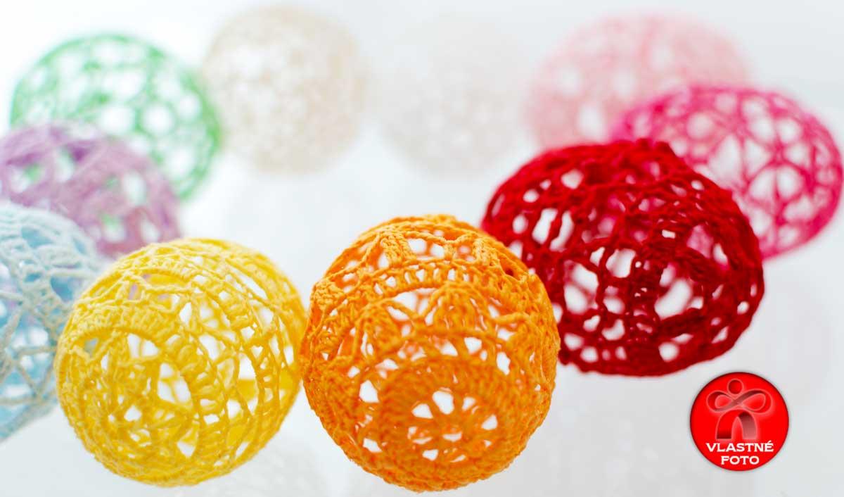 Detail na pestré farby háčkovaných vajíčok
