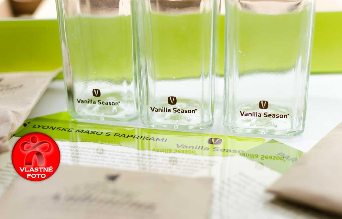 Detail sklenených koreničiek s logom Vanilla Season