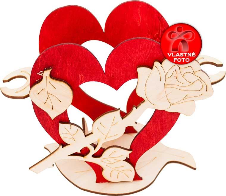 Detail stojana v tvare srdca s ružičkou