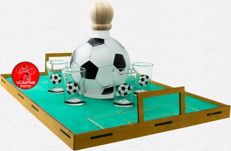 Detail ihriska s fľašou v tvare futbalovej lopty a pohárikov