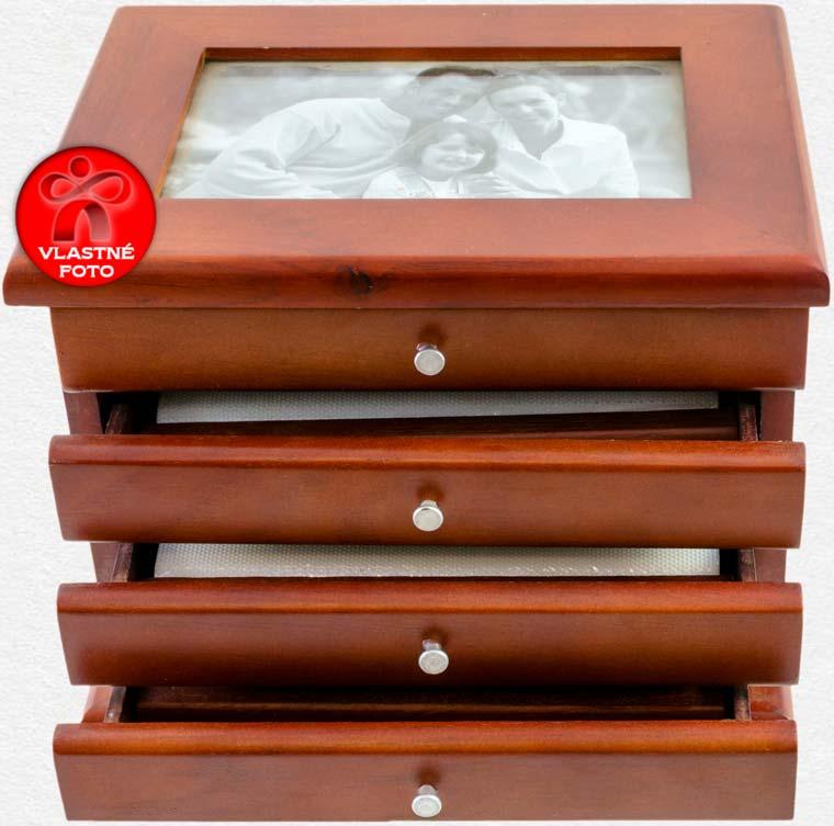 Pohľad z hornej strany na fotoalbum s otvorenými zásuvkami
