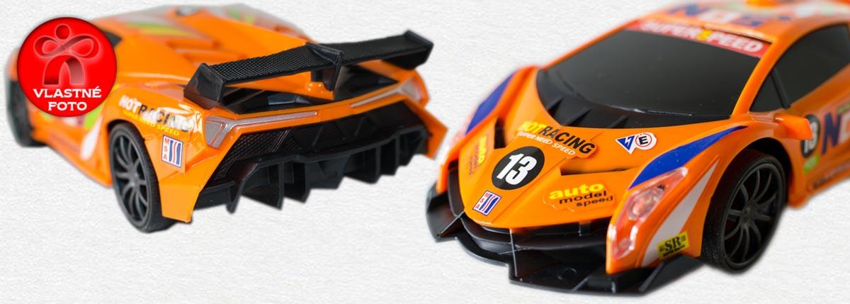 Detail prednej a zadnej strany oranžového auta na diaľkové ovládanie