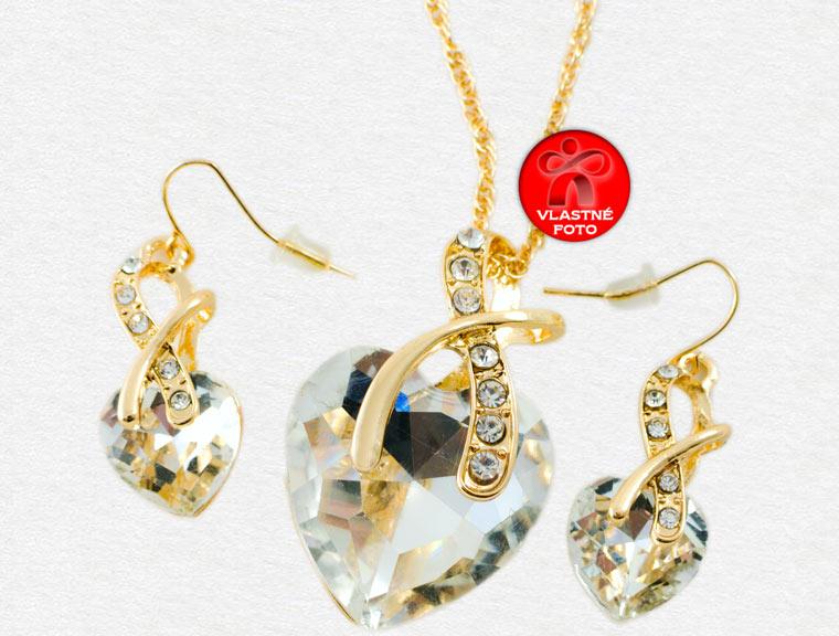 Detail na krásnu súpravu srdiečkového náhrdelníka a srdiečkových náušníc