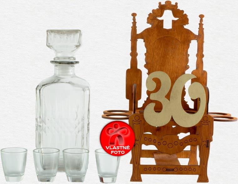 Detail samotného kresla a krásnej fľaše s pohárikmi