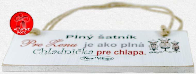 Detail vintage tabuľky s nápisom Plný šatník pre ženu je ako plná chladnička pre chlapa